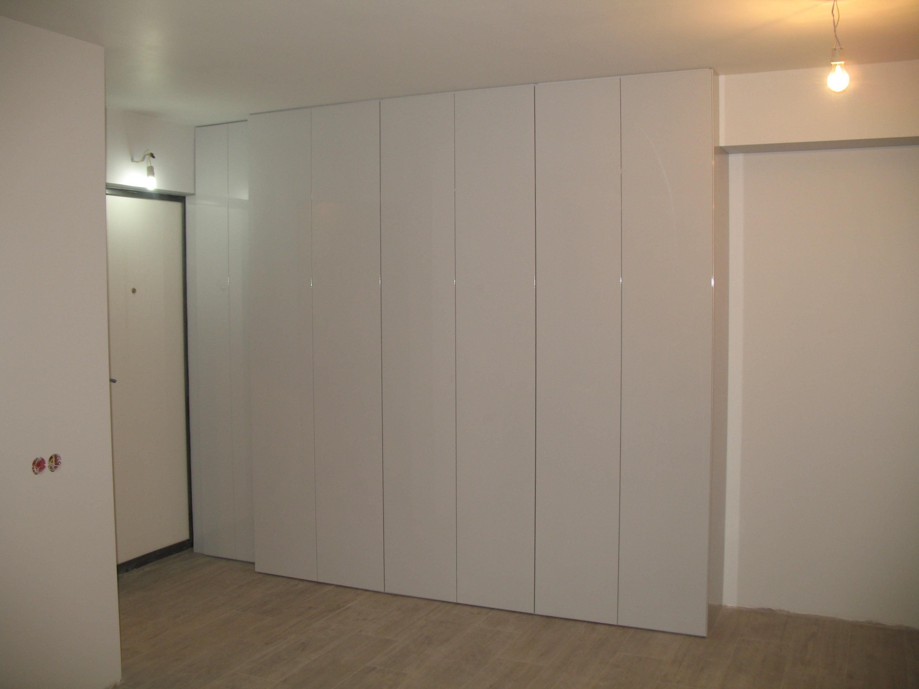 Встроенный шкаф в прихожую ( фасады мдф эмаль глянец).